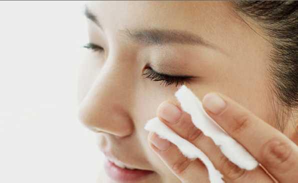 除皱电极从(脸部治疗规划图解)距离眼1cm的位置开始